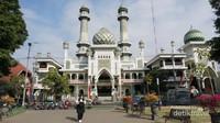 Masjid Jami, masjid besar yang terletak diseberang alun-alun