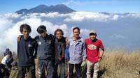 Foto kami di puncak Gunung Penanggungan dengan baground Gunung Arjuno-Welirang
