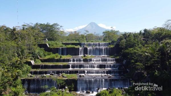 Pemandangan alam bendungan Watu Purbo dan Gunung Merapi