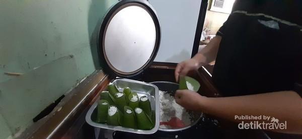 Nasi uduk nya dibungkus dalam porsi kecil menggunakan daun pisang