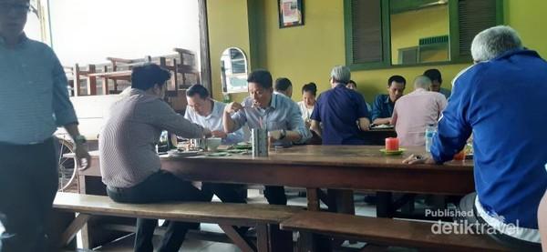 Tidak heran rumah makan ini selalu dipadati pengunjung saat jam makan siang