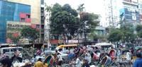 Di sana banyak rickshaw, sejenis becak yang dikayuh kadang ditarik orang