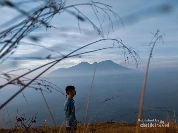 Berada di hamparan sabana Gunung Penanggungan dengan baground Gunung Arjuno-Welirang
