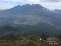 Duduk di atas batu curam, melihat megahnya gunung Arjuno Welirang
