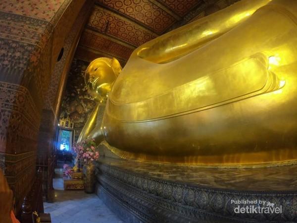 Patung Buddha berukuran besar setinggi 46 meter yang menjadi daya tarik utama Wat Pho.