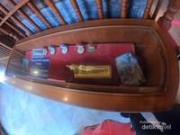 Suvenir resmi Wat Pho yang dijual pengelola