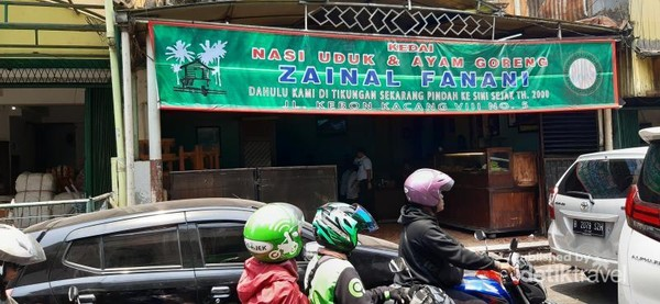 Salah satu rumah makan nasi uduk yang terkenal di Kebon Kacang adalah kedai Zainal Fanani
