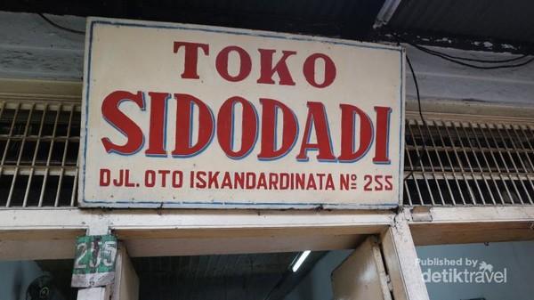 Toko roti yang legendaris di Bandung, bernama toko Sidodadi