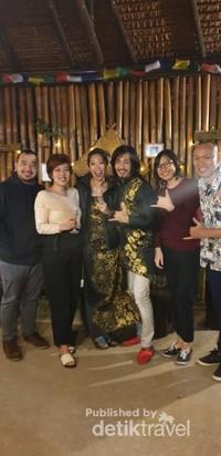 Foto bersama teman dan mempelai