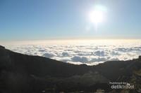 Ketika sunrise, matahari akan menyinari awan-awan disana