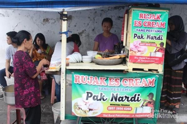 Rujak Eskrim Pak Nardi di banderol dengan harga Rp.7000 / porsi dan buka setiap harinya dari jam 9 sampai habis.