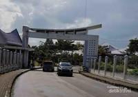 Pintu masuk menuju ke Rumah Doa Bukit Gibeon. Masuk kesini hanya cukup membayar retribusi saja sebesar Rp. 5.000,-.