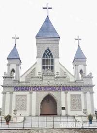 Begitu sampai kedalam dan langsung melihat bangunan ini rasanya Damai banget. Gereja ini hanya dibuka saat ada ibadah saja jadi tidak setiap saat boleh masuk kedalamnya.