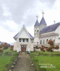 Terdapat beberapa ruang doa yang terletak di belakang Gereja.