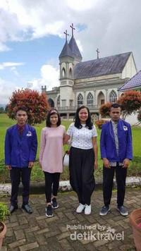 Berfoto bersama mahasiswa Ambon yang sedang belajar untuk dipersiapkan menjadi seorang misionaris.