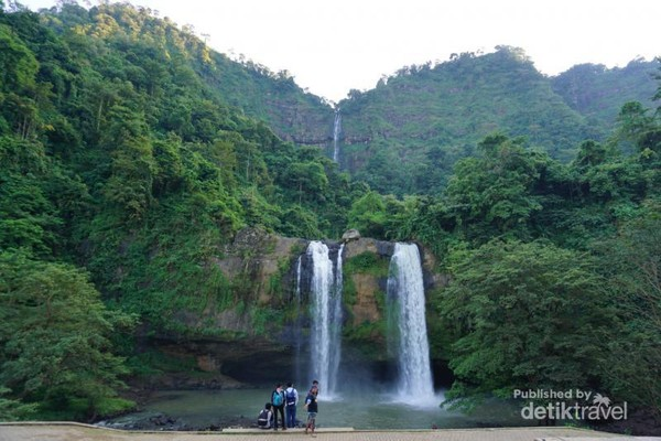 Curug Sodong, sering disebut air terjun kembar karena memiliki dua aliran. Mencapai tempat ini tidak terlalu sulit karena tidak perlu berjalan kaki jauh.