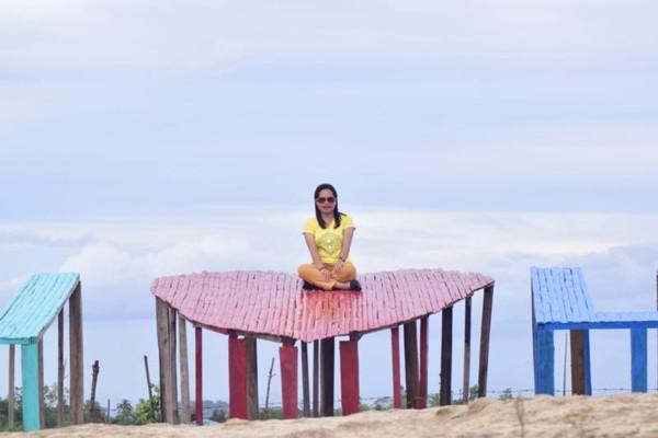Tak hanya berselfi ria, pengunjung juga bisa melihat keindahan Kota Soe dari ketinggian.