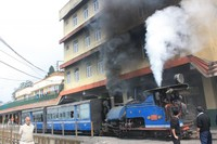 Darjeeling Railway Station, jalur legendaris ini diresmikan tahun 1789 dan telah di tetapkan sebagai situs warisan dunia oleh Unesco