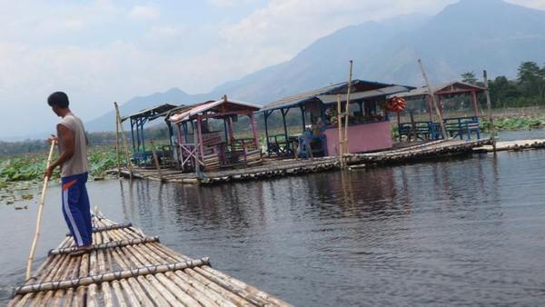 Untuk menuju ke warung apung, kita harus menyewa rakit dari dermaga Situ Bagendit