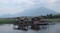 Terdapat beberapa warung apung di Situ Bagendit