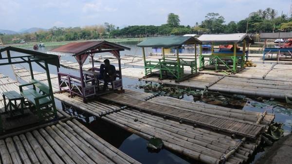 Di Situ Bagendit Garut, tersedia rakit yang bisa digunakan untuk menyusuri danau