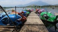 Selain rakit, tersedia juga sepeda air dengan aneka bentuk ikan, angsa, bebek, dan kuda nil
