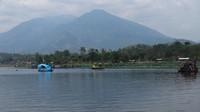 Pemandangan Situ Bagendit semakin terlihat indah dari tengah danau