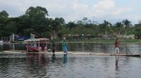 Kita juga bisa berfoto di rakit saat di tengah danau