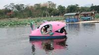 Sementara biaya sewa sepeda air adalah Rp 20.000 untuk 20 menit