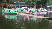 Kita bisa menyewa rakit atau sepeda air untuk menyusuri Situ Bagendit
