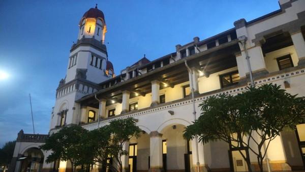 Gedung Lawang Sewu yang menyimpan kisah sejarah perkeretaapian di Indonesia.