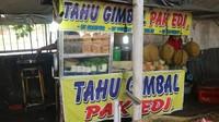 Uniknya sebagian besar penjual tahu gimbal di kawasan ini menamai kios nya dengan Tahu Gimbal Pak Edi