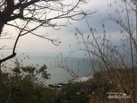 Pemandangan dari atas bukit Vihara