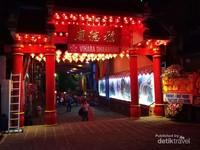Wihara Dhanagun, rumah ibadah umat Budha di kawasan Surya Kencana di malam perayaan Imlek. Usianya sama dengan kedatangan etnis Tionghoa di daerah ini, jadi sudah 280 tahun.