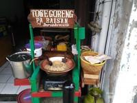 Toge goreng jajanan khas Bogor dapat dijumpai di sini. Rebusan toge dicampur kuah kacang berbumbu sangat nikmat untuk disantap setelah lelah mengelilingi kawasan ini. Penganan khas lainnya seperti Laksa, Doclang, Asinan, Ngohiang Pangsit khas Tiongkok mudah dijumpai di kawasan ini.