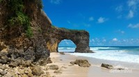 Karang bolong yang diibaratkan sebagai pintu gerbang bagi para wisatawan untuk menyusuri pantai Mbawana