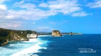 Jajaran batu di Pantai Watu Maladong mengingatkan kita akan Twelve Apostles