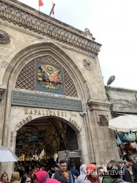 Gerbang masuk Grand Bazaar yang dihiasi batu permata tanda kebesaran Sultan Mehmet ke II.