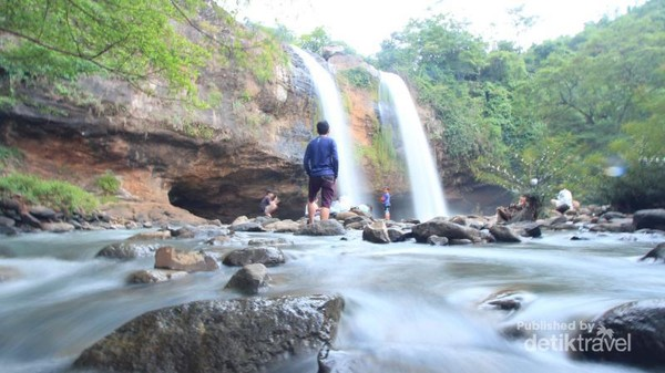 Di aliran sungainya yang dangkal cocok untuk para wisatawan menikmati kesegaran air dari Curug Sodong