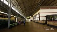 Bangunan utama stasiun ini dibuat dengan kanopi dan diapit oleh 2 buah jalur kereta.