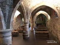 Ruang bawah tanah tempat penyimpanan minuman anggur atau champagne