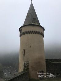 Kita dapat melihat desa yang ada di bawah bukit dari menara kastil ini