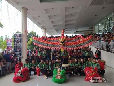 Momen Atraksi Barongsai Dinding Pertama di Indonesia