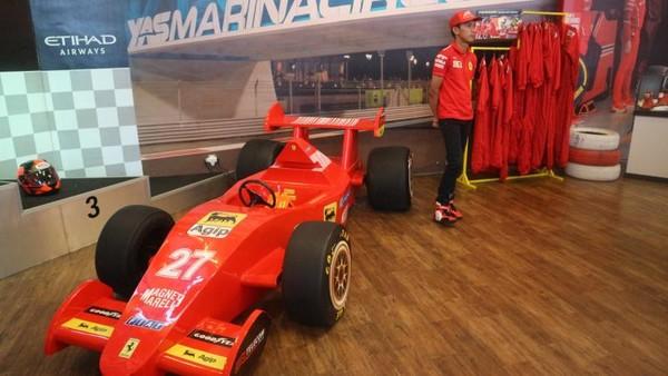 Kita bisa berfoto dengan pakaian pembalap dan replika mobil F1