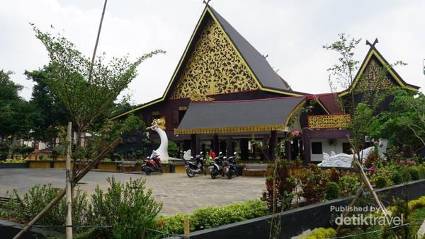 Kajang Leko adalah nama rumah adat Jambi berbentuk rumah panggung. Rumah adat Jambi ini terbuat dari kayu bulian