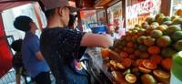 Tersedia juga jeruk peras segar yang bisa dinikmati dingin maupun hangat