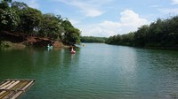 Air danau tempat pengunjung berenang dan bermain kendaraan air