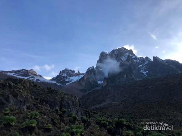 Mount Kenya tampak menjulang dengan tiga puncak utama: Batian, Nelion dan Lenana.