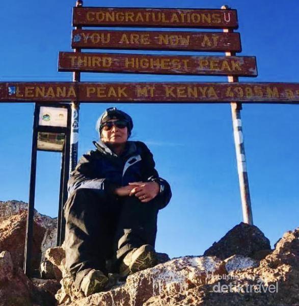 Akhirnya tiba pula di Puncak Lenana di Mount Kenya.