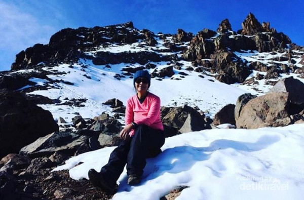 Salju di area pendakian Poin Lenana.